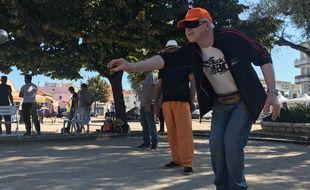 Bandeau obligatoire pour participer au premier tournoi de pétanque aveugle.