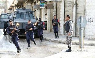 Des forces de sécurité dans une rue de Irbid au Nord d'Amman le 2 mars 2016
