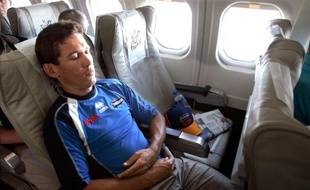 Le cycliste Robbie McEwen, endormi dans un avion.