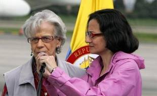 L'ex-otage colombienne de la guérilla des Farc (marxistes) Clara Rojas, collaboratrice de la Franco-Colombienne Ingrid Betancourt, est arrivée dimanche à l'aéroport militaire de Bogota après presque six ans de captivité, a constaté un photographe de l'AFP sur place.