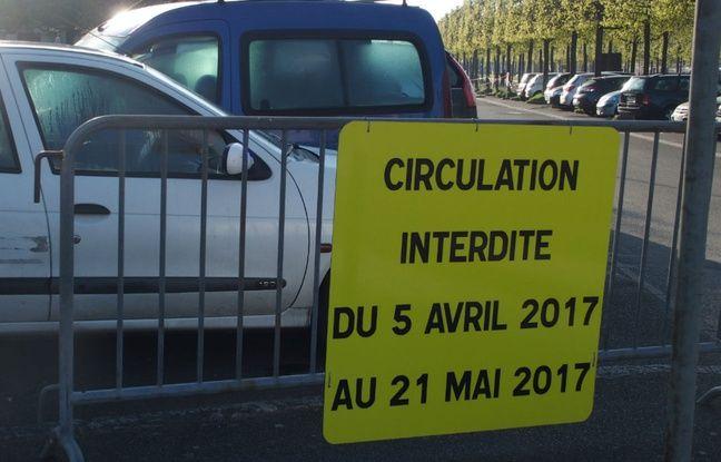 Le Chesay, le 7 avril 2017. Le stationnement des riverains est perturbé pour l'ouverture d'un temple mormon.
