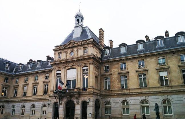 A la fin du mois de décembre, la queue pour s'inscrire allait jusque sur le parvis à la mairie du XVe arrondissement de Paris.