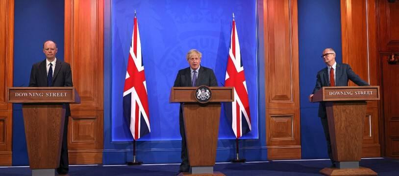 Le Premier ministre britannique (au centre) a reporté la dernière étape du déconfinement anglais ce lundi