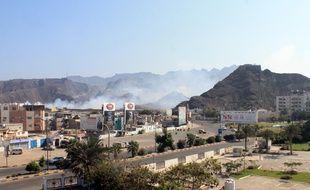 De la fumée s'échappe d'un dépôt d'armes visé par un raid aérien, à Aden, le 28 mars 2015.