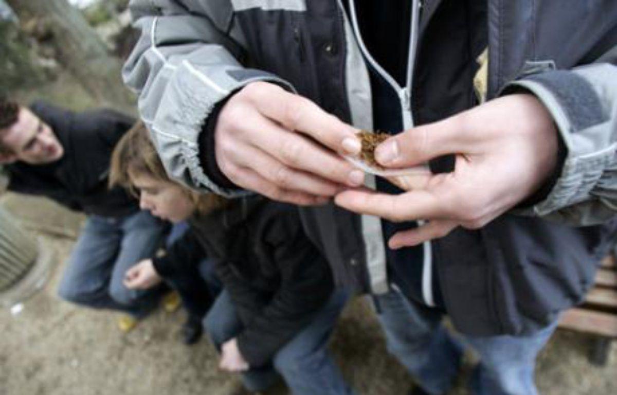 Selon l'Institut de veille sanitaire, les jeunes fument moins mais consomment davantage d'alcool et de drogues dures – F. DUFOUR / AFP