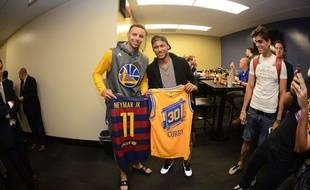 Stephen Curry (à gauche) et Neymar dans les couloirs de l'Oracle Arena