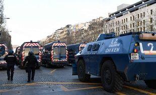A Paris, pour la première fois depuis des décennies, l'État a engagé des VBRG, ces véhicules blindés à roue de la gendarmerie.