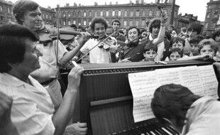 La première fête de la musique, le 21 juin 1982, sur la place du Capitole photographiée par Jean Dieuzaide.