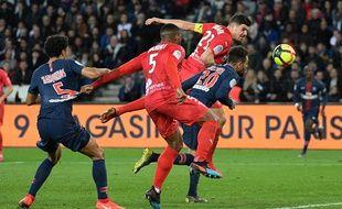 Les joueurs de Nîmes Olympique (ici Anthony Briançon face à Paris) traversent une période très mouvementée.