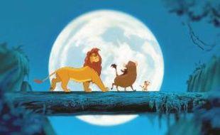 Simba le lionceau et ses amis, Pumbaa le phacochère, et Timon le suricate.