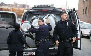 Des policiers new yorkais ont emporté une oeuvre de l'artiste de rue Banksy faite de ballons et que deux individus avaient tenté de voler, le 31 octobre 2013.