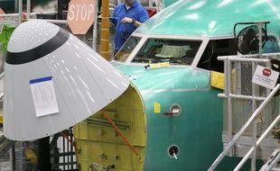 Un employé de Boeing près du cockpit d'un 737 Max, dans l'Etat de Washington le 11 mars 2019.