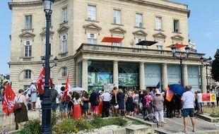 Les salariés réunis devant l'agence Air France à Bordeaux.