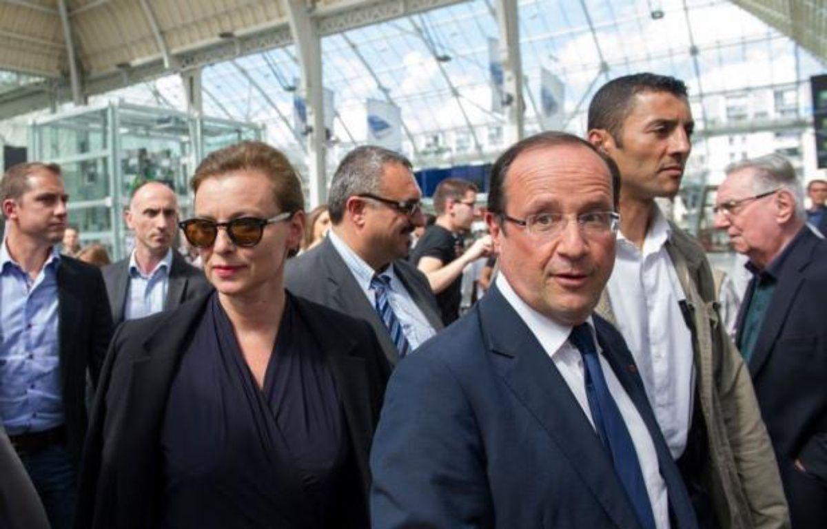 François Hollande et sa compagne Valérie Trierweiler ont pris place jeudi après-midi à bord d'un TGV à la gare de Lyon pour se rendre à Hyères (Var), d'où ils rejoindront pour leurs vacances le Fort de Brégançon, a constaté un journaliste de l'AFP. – Bertrand Langlois afp.com