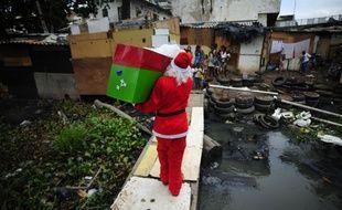 Un père noël distribue des cadeaux dans une favela de Rio de Janeiro au Brésil le 24 décembre 2014.