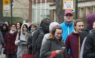 La file des électeurs français pour le premier tour de la présidentielle, à Montréal, le 22 avril 2017.