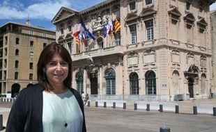 Michèle Rubirola devant la mairie de Marseille