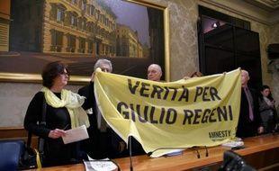 """Paola Regeni (g) et Claudio Regeni (d) demandent la """"vérité pour Giulio Regeni"""", leur fils, étudiant italien supplicié au Caire, lors d'une conférence de presse du sénateur Luigi Manconi (c), à Rome le 29 mars 2016"""