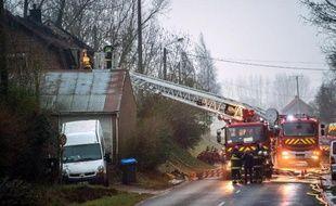 Les pompiers luttent contre l'incendie d'une maison le 10 mars 2015 à Saint-Jans-Cappel dans le Nord