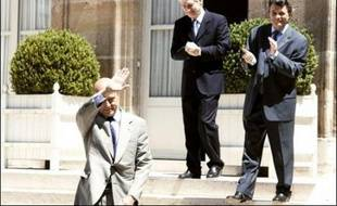 Le gouvernement Fillon 2, marqué par la promotion de Jean-Louis Borloo au super-ministère de l'Ecologie, une ouverture accrue à gauche et l'entrée de deux femmes issues de l'immigration, a été proclamé mardi, juste après des législatives décevantes pour Nicolas Sarkozy.