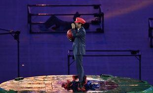 Le Premier ministre japonais Shinzo Abe sort d'un tuyau avec une casquette de Mario pendant la cérémonie de clôture des Jeux de Rio, le 21 août 2016.