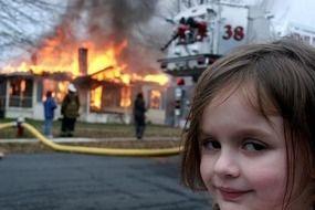 """La petite fille du célèbre mème """"Disaster Girl"""", âgée de 21 ans aujourd'hui, a vendu sa photo aux enchères pour près de 500.000 $ en NFT."""