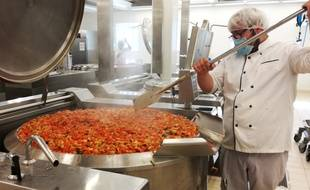 La préparation de légumes dans la cuisine centrale de Lille.