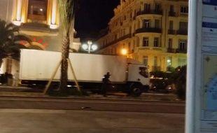 Nice (Alpes-Maritimes), le 14 juillet 2016. La police s'approche du chauffeur du camion qui a foncé dans la foule réunie sur la Promenade des Anglais.