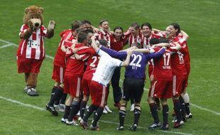 Les joueurs du Bayern Munich, fêtant leur titre de champion, le 1 mai 2010 sur la pelouse de l'Allianz Arena de Munich, après leur victoire face à Bochum.