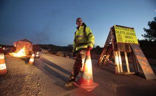 Des « gilets jaunes » occupent une route à Dions, le 11 décembre.