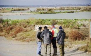 Difficile d'accès pour des engins de chantier, la digue révèle plus de trente brèches.