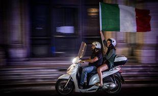 Les supporters italiens célèbrent la victoire des de l'Italie à l'Euro, à Rome, le 11 juillet 2021.
