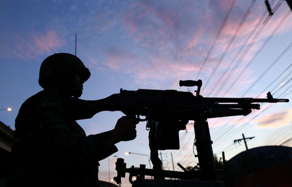 Un soldat thaïlandais déployé à Bangkok après l'instauration de la loi martiale, le 20 mai 2014. – W.WANICHAKORN/AP/SIPA