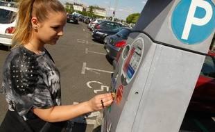 NANTES, le 26/05/2013 Une femme paye au parking gloriette