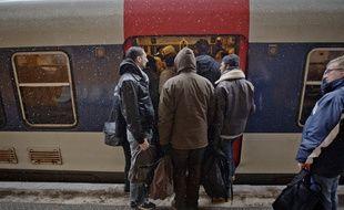 Gentilly le  12 mars 2013. Illustration neige mauvais temps intemperies a Paris et en region parisienne. Station de RER sous la neige. Perturbations dans les transports.