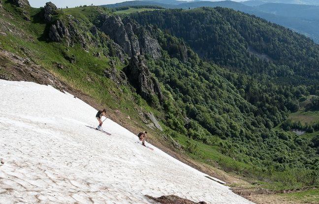 Deux jeunes skieuses ont réussi à descendre une pente encore enneigée en contrebas du col de Falimont à proximité du Hohneck dans les Vosges fin mai 2018.