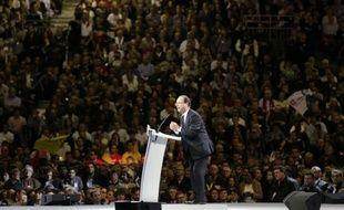 """Après avoir réussi dimanche l'épreuve de son premier grand meeting de campagne, François Hollande s'attelait lundi à la présentation de son programme présidentiel prévue jeudi, tandis que l'UMP dénonçait un candidat des """"années 1980"""", loin des """"priorités des Français""""."""