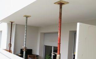 Des étais ont été posés sur 26 balcons de la résidence, dont certains menacent de s'effondrer.