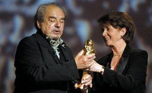 Catherine Tasca remettant le Molière d'honneur à Gabriel Monnet, le 07 mai 2001 au théâtre Marigny à Paris