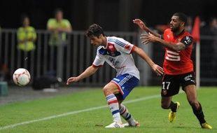 Le chemin de croix continue pour le milieu offensif de l'Olympique lyonnais, Yoann Gourcuff, victime d'une entorse au genou droit samedi en début de match contre Troyes et qui sera indisponible entre six semaines et trois mois, même s'il évite l'opération.