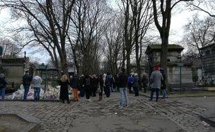De nombreux badauds sont venus sur la tombe de France Gall le 13 janvier 2018, au lendemain de son inhumation au cimetière de Montmartre.