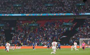 Les Italiens et les Anglais agenouillés lors de la finale de l'Euro.