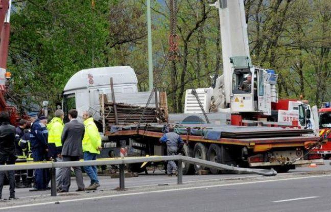 """Le chauffeur du semi-remorque à l'origine de l'accident qui a fait quatre morts vendredi à Chambéry, a été mis en examen dimanche """"pour homicides involontaires"""" et écroué, a-t-on appris auprès du parquet."""