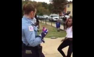 Une policière de Washington désamorce les tensions en dansant.