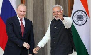 Le Premier ministre indien Narendra Modi (d) avec Vladimir Poutine lors d'une visite du président russe à New Delhi, au cours de laquelle a été annoncée la construction de 10 nouveaux réacteurs nucléaires en Inde, en collaboration avec la Russie