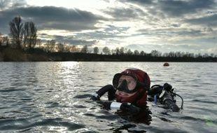 Le biologiste et plongeur Serge Dumont explore une gravière à Holtzheim près de Strasbourg, le 19 février 2016