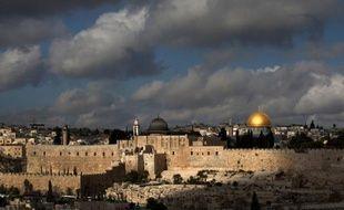 Une roquette tirée de Gaza est tombée vendredi dans une zone inhabitée du bloc de colonies du Goush Etzion, en Cisjordanie, près de Jérusalem, sans faire de blessé ni de dégâts majeurs, a indiqué une porte-parole de la police israélienne.