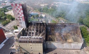 Sur le site du Comptoir agricole dans le port du Rhin à Strasbourg, le toit du silo à grains a été soufflé à 9h20, menaçant au passage la tour voisine.