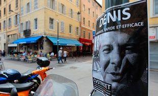 Marseille le 17 juin 2013 - CV Street accroche des propositions de services faites par des demandeurs d ' emploi dans les rues du centre ville