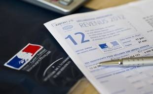 Paris le 18 avril 2013. Illustration remplissage de la declaration des revenus 2012. Impots. Document 2042 Cerfa recu par courrier.